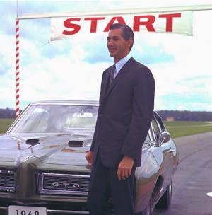 John DeLorean en la presentación del Pontiac GTO, 1968