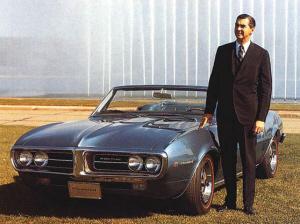 John DeLorean posa con un Pontiac Firebird
