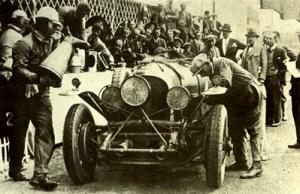 En 1928 Barnato y Rubin llevaron a la victoria este Bentley 4½ dando la última vuelta con el bastidor roto y el radiador seco