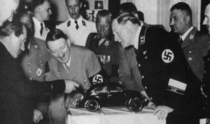 Ferdinand Porsche mostrando la maqueta del Kdf-Wagen a Adolf Hitler y su cúpula del gobierno