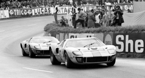 Ford GT. Dos GT40 en carrera en los años 60. Ford