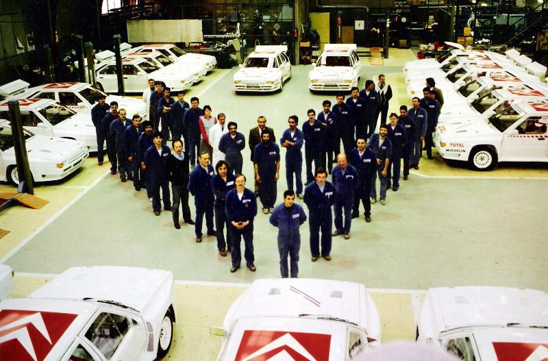El equipo encargado de fabricar el coche, en su taller haciendo el dibujo del  doble chevron, insignia de la marca