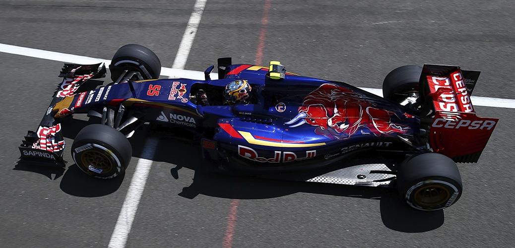 Sáinz con el Toro Rosso-Renault STR10, en los entrenamientos del Gran Premio de Inglaterra Foto: Red Bull