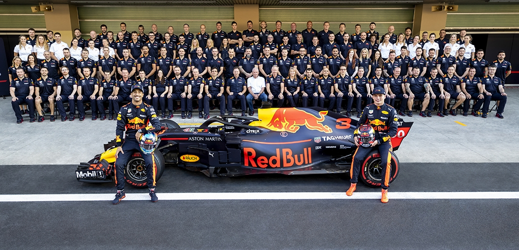 Red Bull-TAG Heuer RB14, con el equipo al completo. Foto: Red Bull