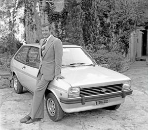 """Roger Moore con el Ford Fiesta que se desplazaba durante el rodaje de """"La espía que me amó"""" - Foto: Ford"""