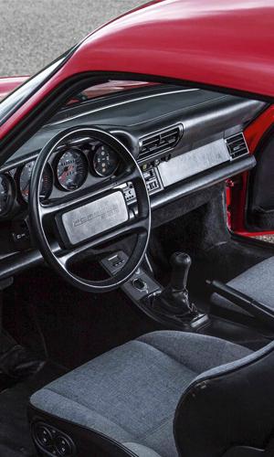 Interior del Porsche 959 coon volante de cuatro radios. Foto: Porsche AG