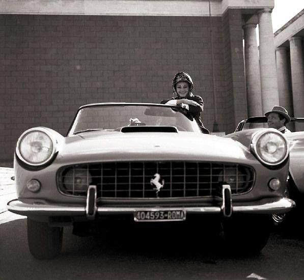 Audrey Hepburn con su Ferrari 250 PF Cabriolet