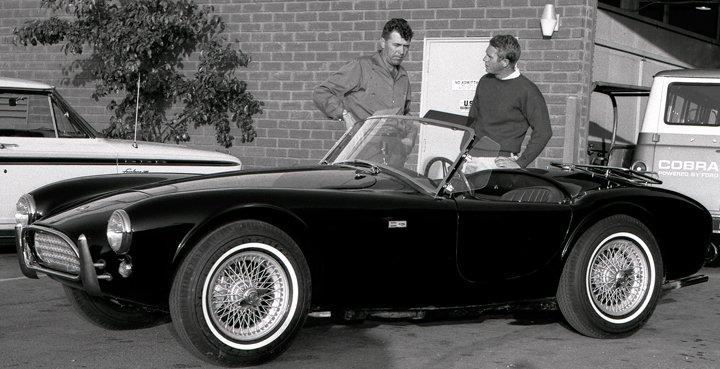 Steve McQueen con Carroll Shelby, junto al Shelby Cobra del actor