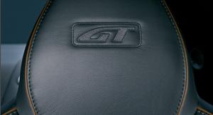 Logotipo GT bordado en los asientos del Aston Martin DB9 GT. Foto de catálogo