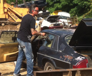 Richar Rawlings rescata el Jaguar XJ-S que batió el récord de la Cannonball en 1979. Fotograma del programa Fast & Loud, emitido en España por Discovery Max.
